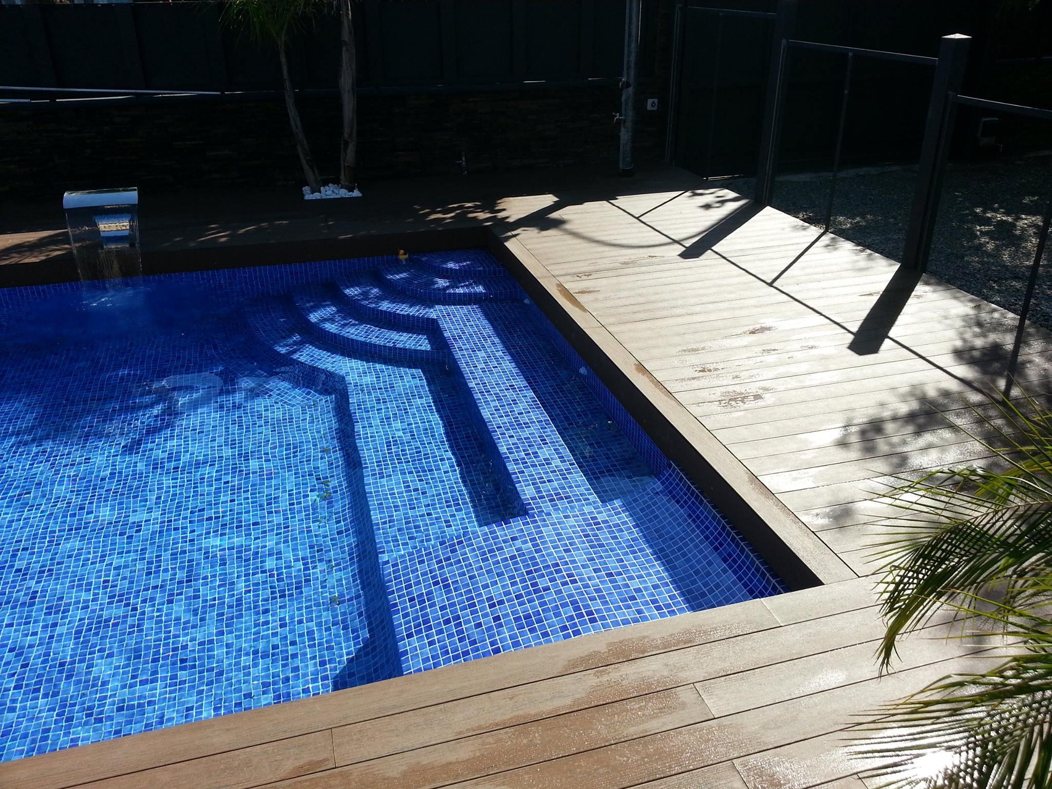 piscina y cesped en salou